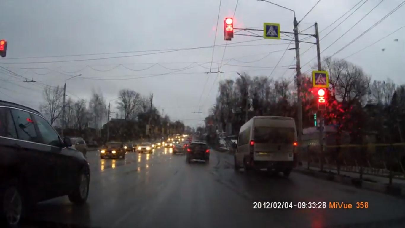 В Брянске сняли на видео, как маршрутчик дважды проехал на красный