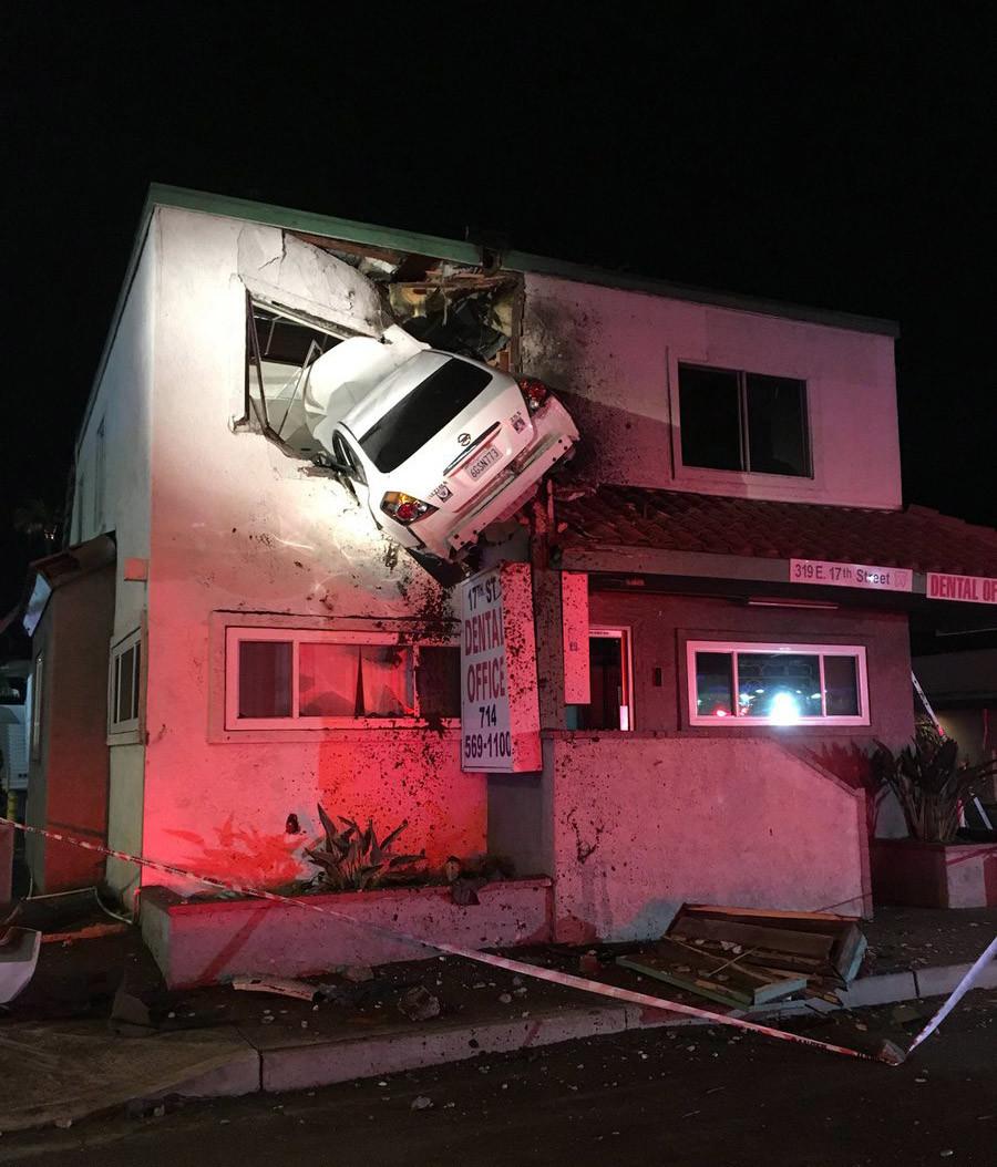Автомобиль застрял встене второго этажа: просто водитель был под действием наркотиков