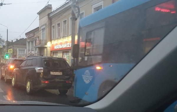 Брянск встал в пробке из-за ДТП с автобусом