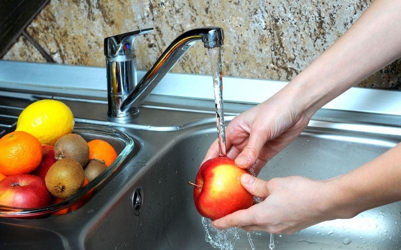 Ученые выяснили, как правильно мыть фрукты