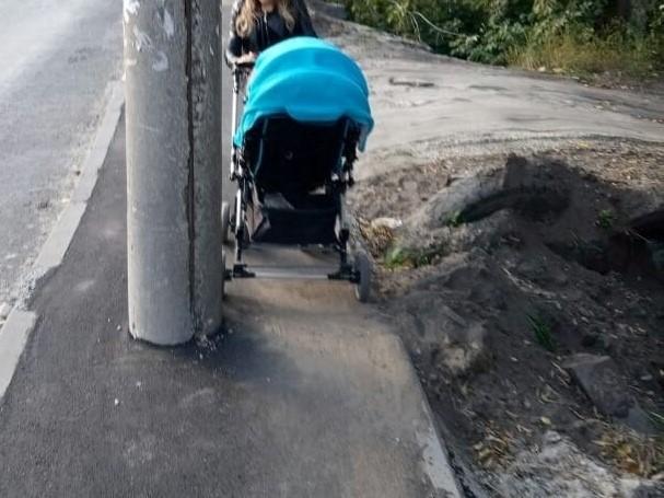 В Бежичах появился очередной тротуар «на внимательность»