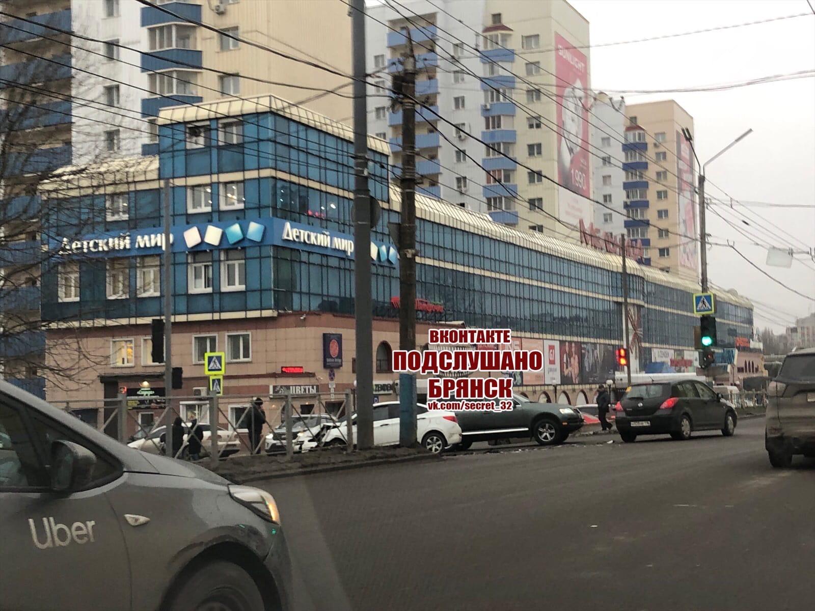 Возле ТРЦ «Мельница» в Брянске столкнулись две иномарки