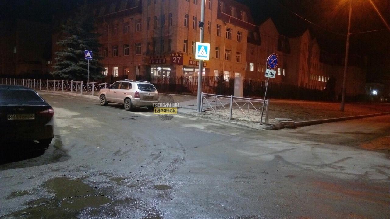 В Брянске водитель оставил машину на «зебре» возле лицея №27