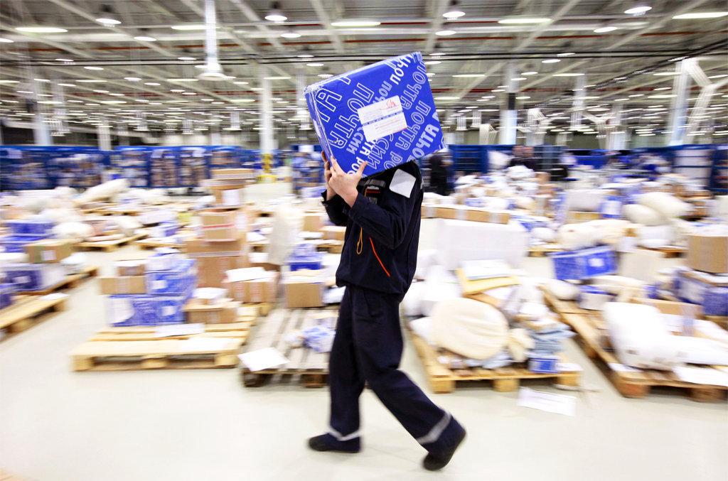 Служащих «Почты России» вынудили убрать часть конфет изподарков