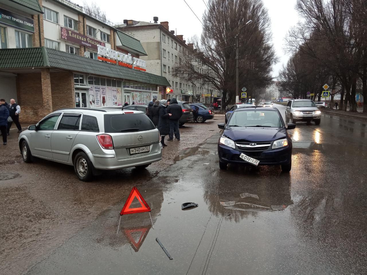 В Брянске просят откликнуться свидетелей аварии на Почтовой