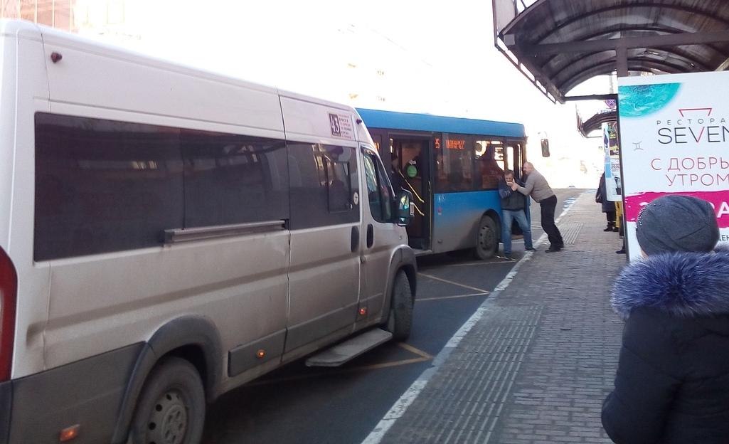 На площади Ленина подрались водитель автобуса и маршрутчик