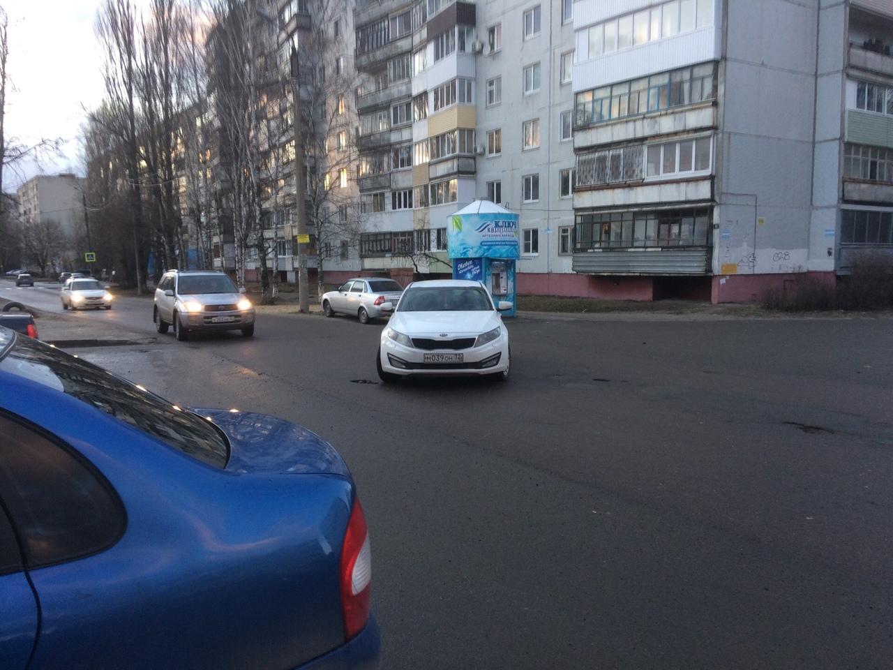 Иномарка перекрыла дорогу по улице Полесской