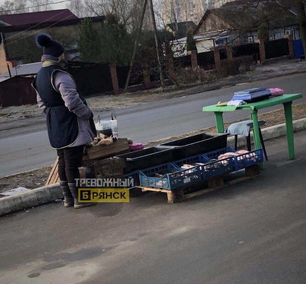 Брянца возмутила торговля рыбой на улице