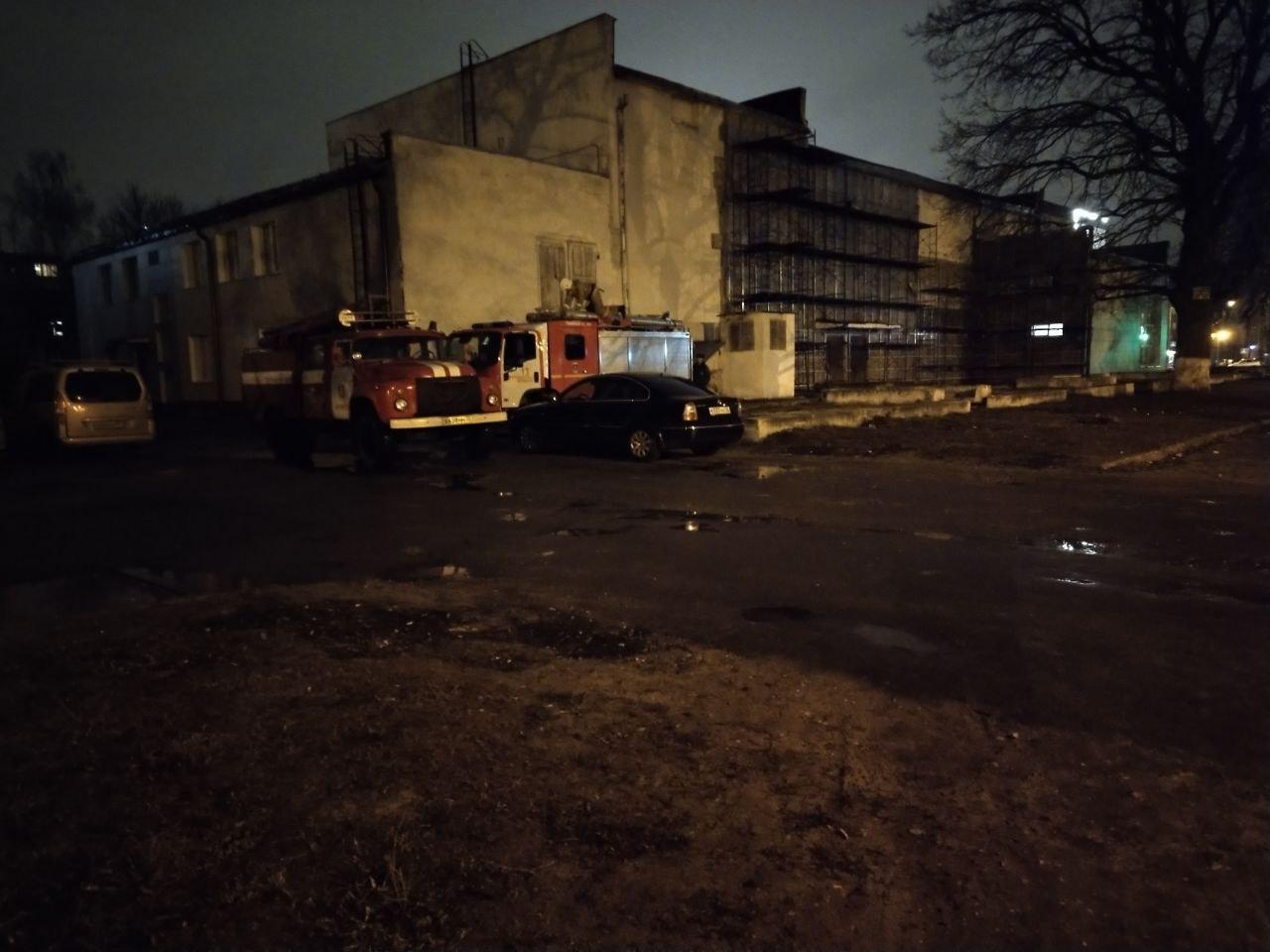 В Брянске пожарных заметили у школы искусств имени Николаевой