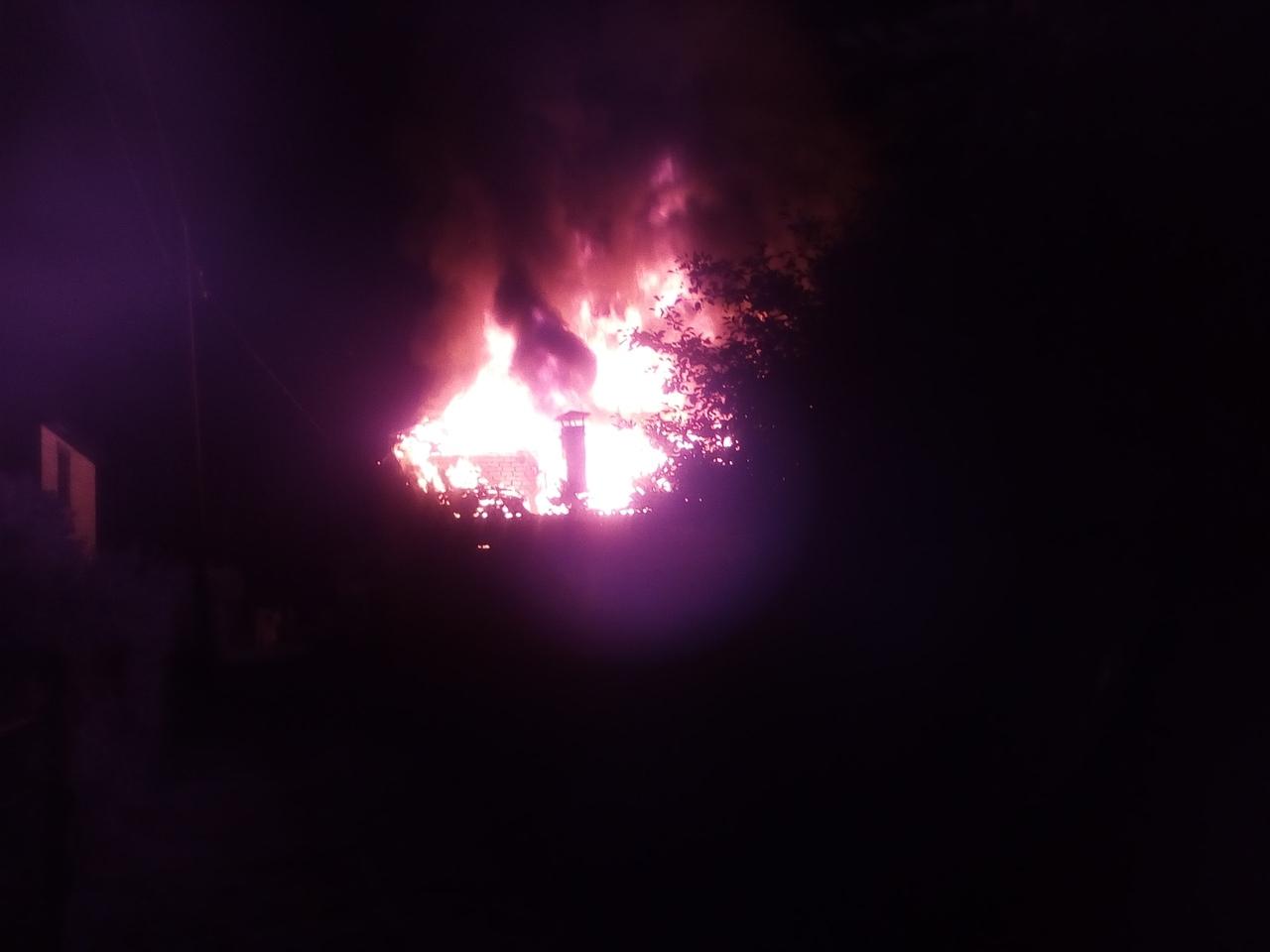 В Брянске сгорела дача, в соцсетях опубликовали последствия стихии
