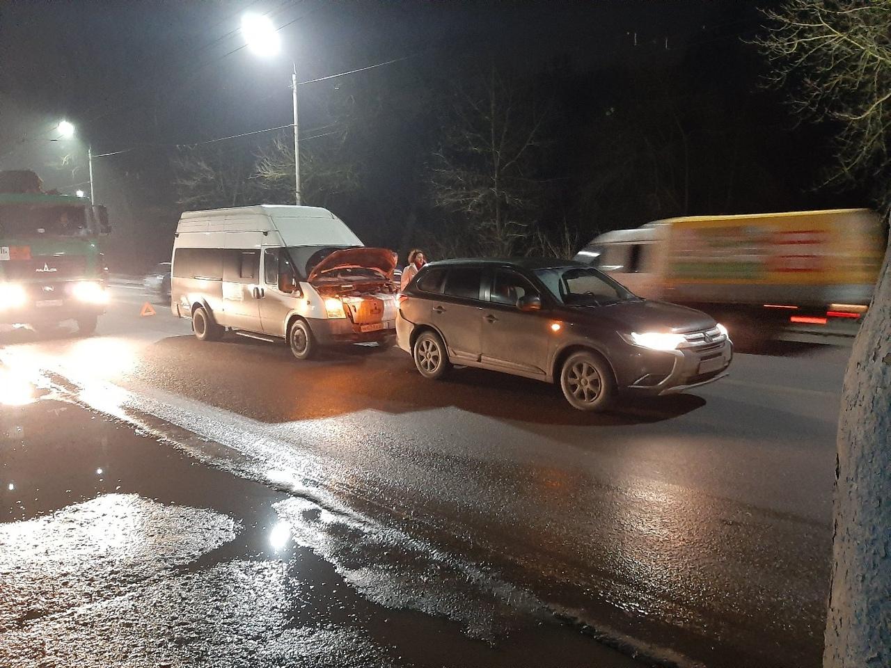 Микроавтобус и легковушка столкнулись на Речной