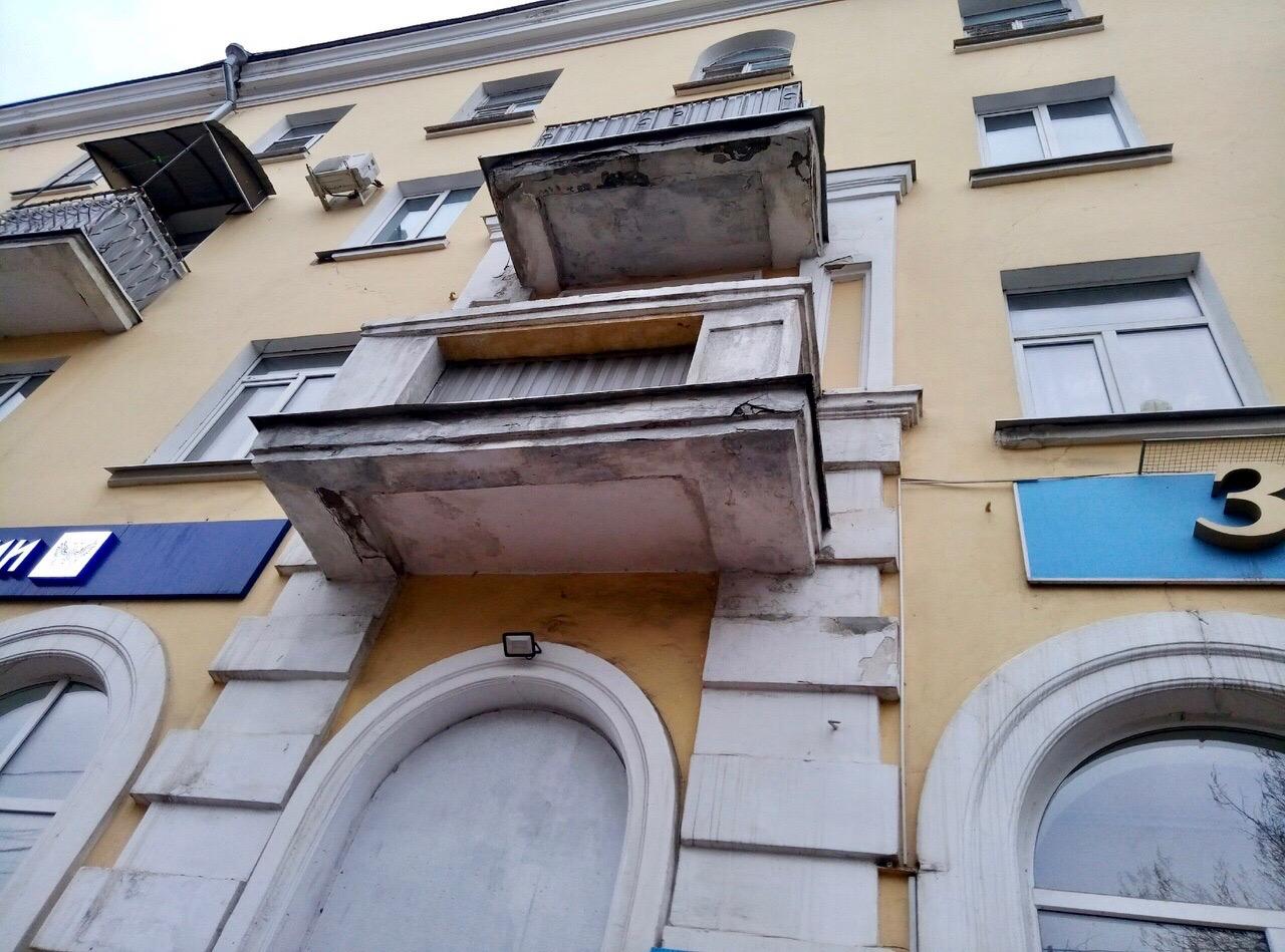 С балконов на проспекте Ленина сыпется штукатурка