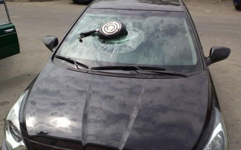 Камера сняла, как женщина разбила сковородой автомобиль экс-супруга