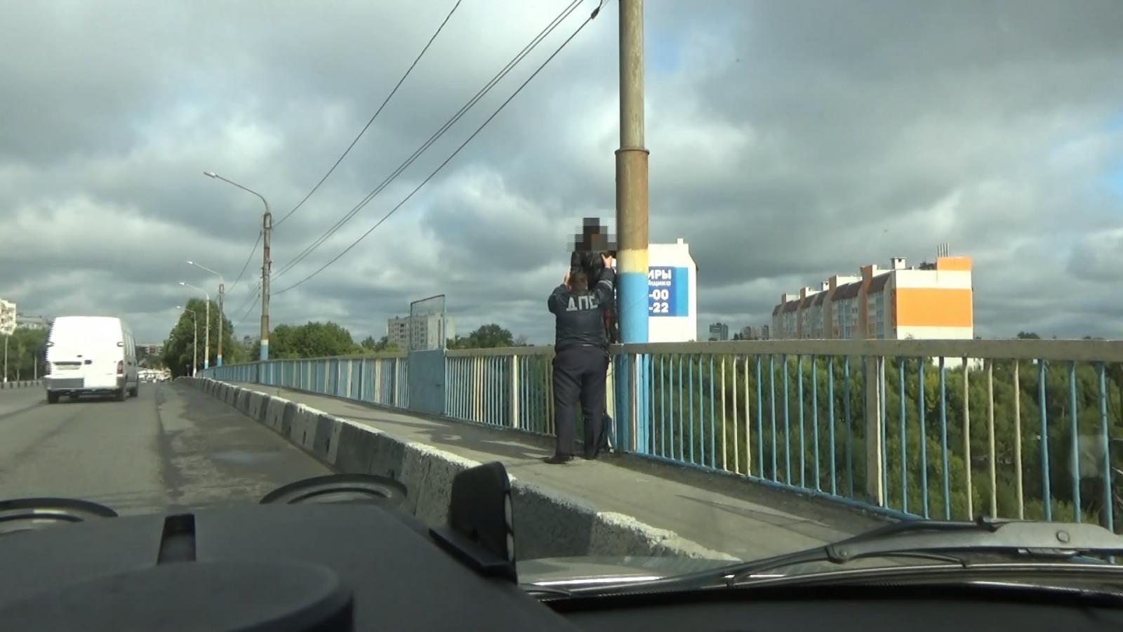 Сотрудник ГИБДД отговорил брянскую девушку прыгать с моста