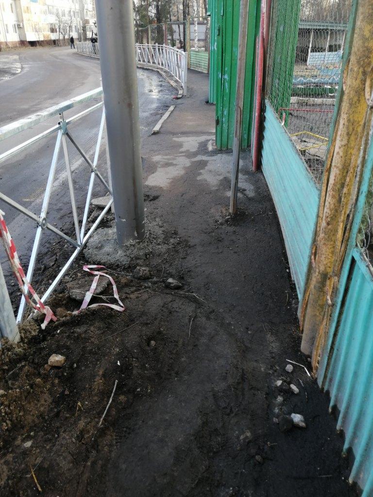 В Брянске очередной столб оказался посреди тротуара