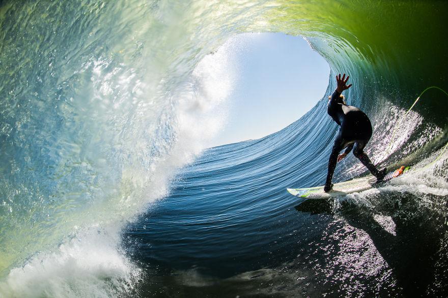 Это надо видеть: серфера поглотила волна