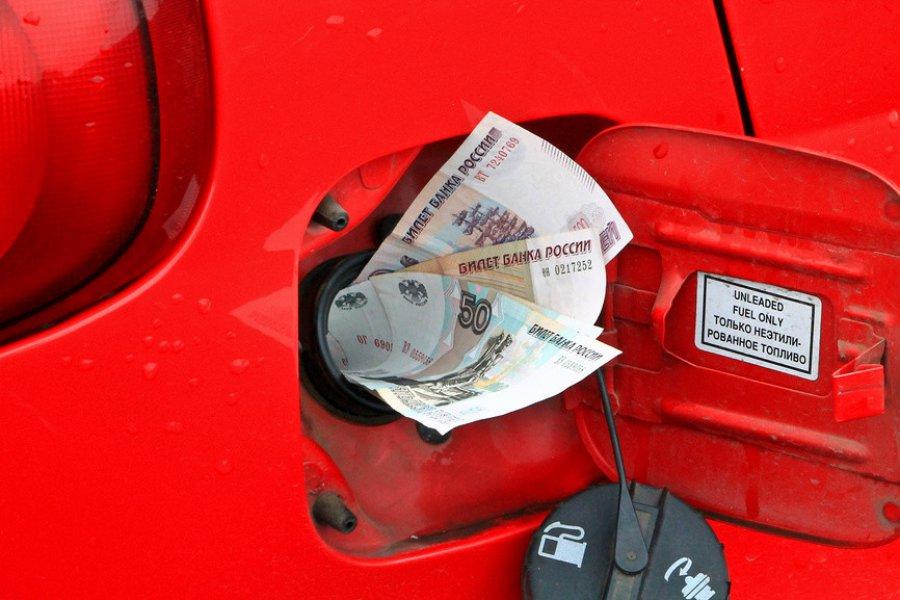 Все дорожает, а бензинподешевел