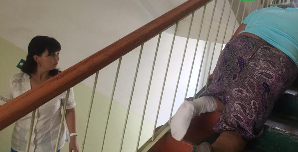 Пенсионерка с переломом ноги начетвереньках ползла на3 этаж