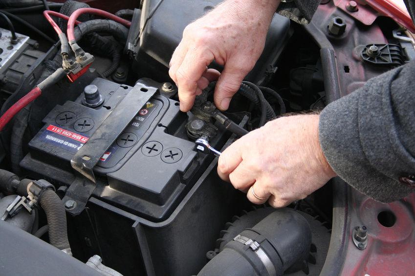 В Брянске из автомобилей вытащили пять аккумуляторов