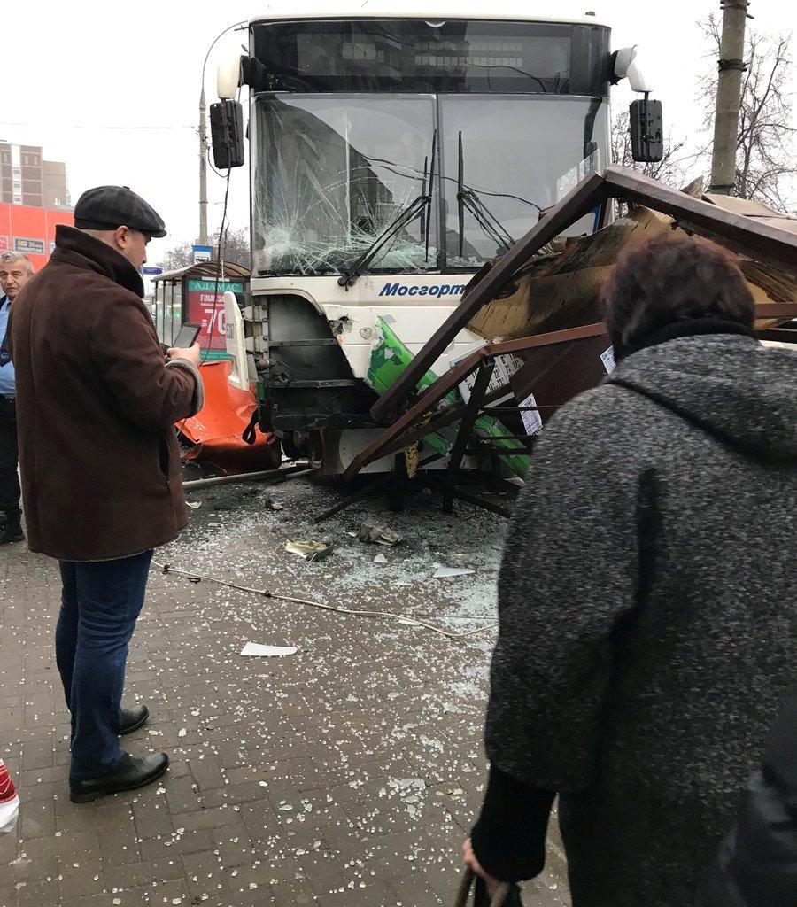 Наезд автобуса наостановку вМоскве: Появилось видео