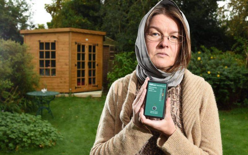 Женщина саллергией наWi-Fi прячется вглуши отвышек сотовой связи