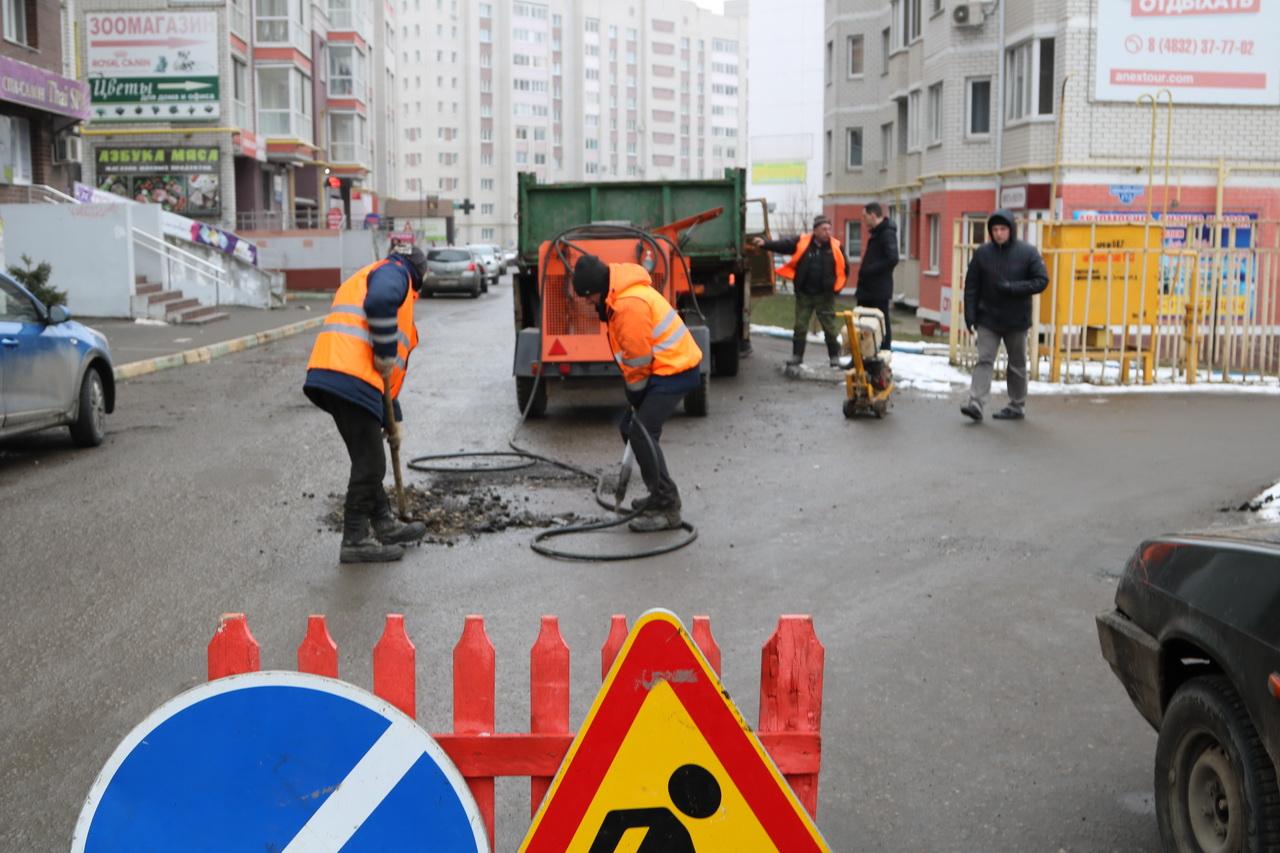 Недостатки ямочного ремонта дорог исправляют в Брянске